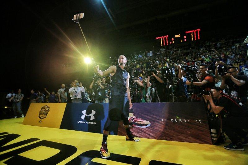 柯瑞首次來臺,並在新莊體育館與數千名球迷見面,更在結束時與球迷自拍留念。(主辦單位提供)