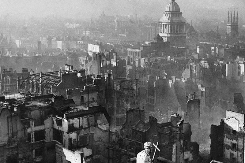 倫敦大轟炸後剩下的斷垣殘壁。(維基百科/public domain)
