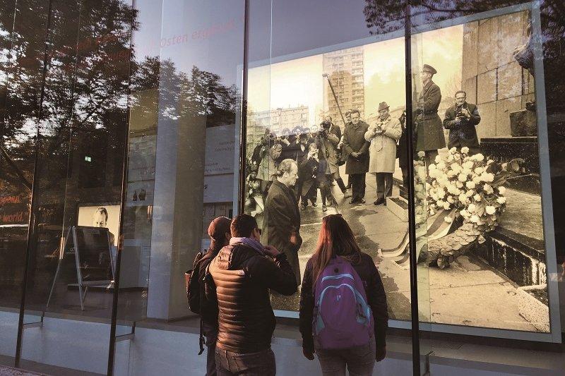 離布蘭登堡門不遠的「Willy Brandt 紀念館」(Forum Willy Brandt)櫥窗裡,展示著前西德總理Willy Brandt 代表德國向波蘭下跪致歉的巨幅照片。© 攝影:花亦芬