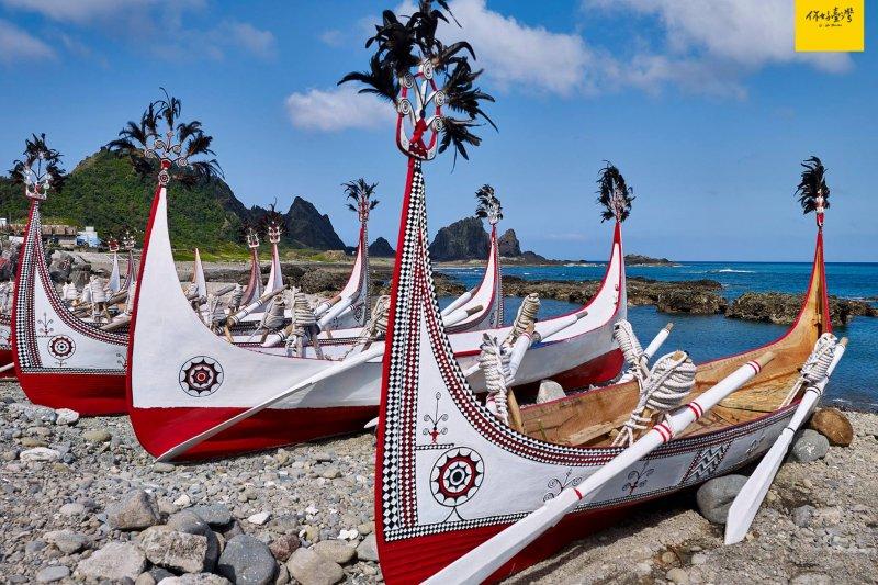 蘭嶼的經典印象「拼板船」,唯有飛魚祭典時期,會將船隻前後插上象徵守護的羽飾。提醒:拍攝前請獲得船東許可,避免誤觸禁忌。