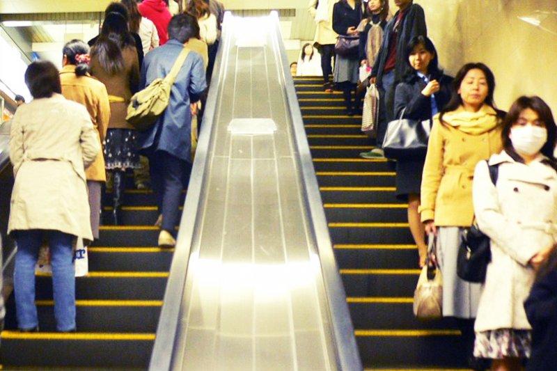 東京人搭手扶梯習慣靠左,大阪人習慣靠右。日本兩大都市的差異,你知道幾項?(圖/Retinafunk@flickr)