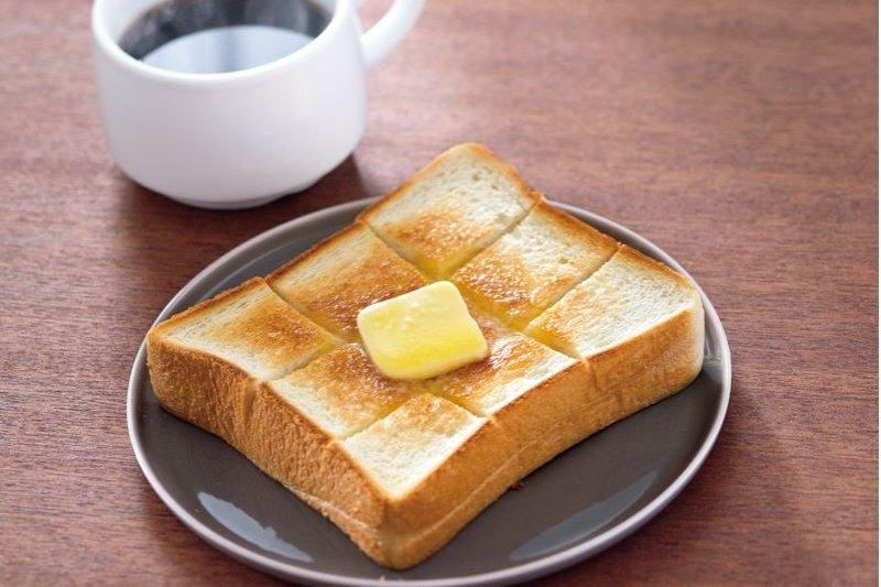 只要平底鍋,就能做出餐廳美妙滋味!奶油厚片吐司:切成9等分,再用中火煎至兩面微焦喔。(圖/悅知文化提供)