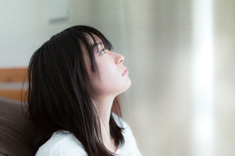 曾經有人問:失戀後最難熬的是什麼時候? 最讓我有共鳴的回答是:晚上睡覺時和早晨起床時的那一瞬間。(圖/pakutaso)