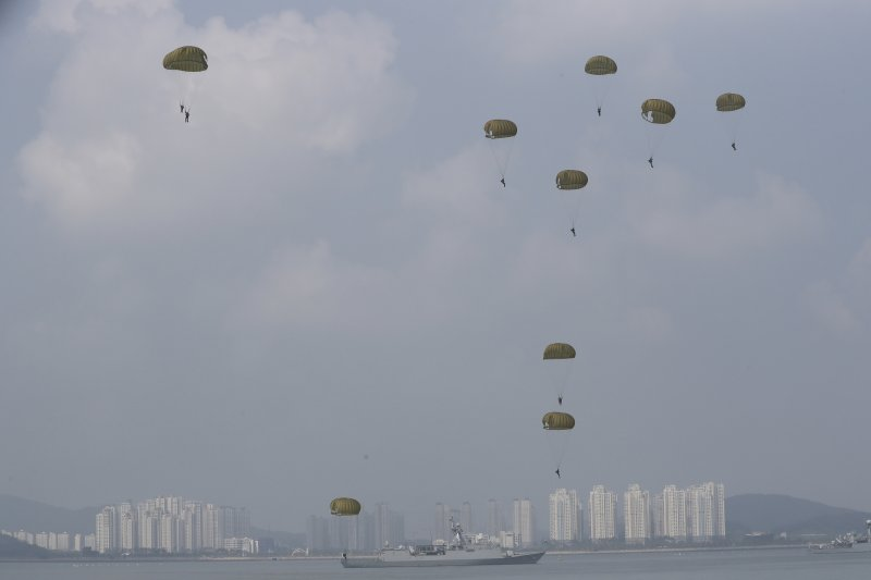 南韓9日進行傘兵演訓,紀念仁川登陸戰(AP)