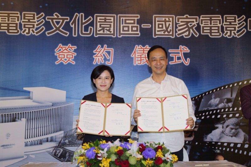 新北市長朱立倫與文化部長鄭麗君9日舉辦簽約儀式宣佈,將在新莊副都心合作興建「國家電影中心」。(新北市政府提供)