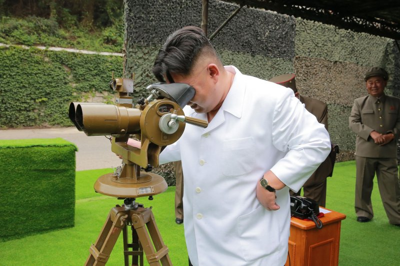北韓最高領導人金正恩日前視察飛彈部隊(AP)