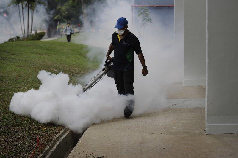 新加坡的茲卡病毒疫情漸次升高。新加坡政府1日派出消毒人員在住宅區進行消毒。(美聯社)