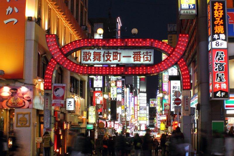 東京新宿的歌舞伎町。(Kakidai@wikipedia)
