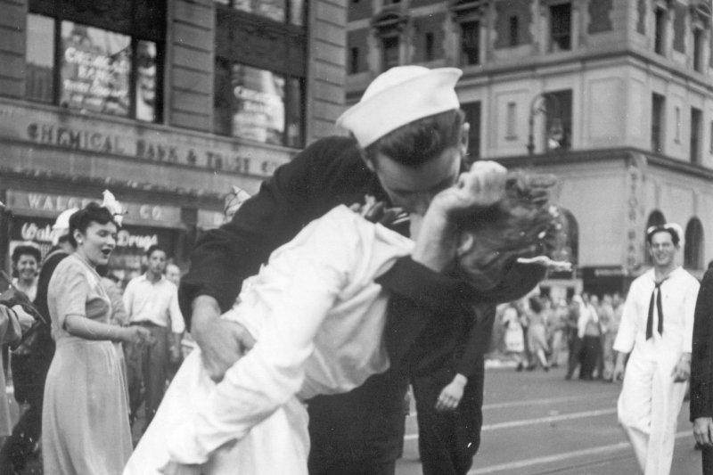 二戰世界大戰經典照「勝利之吻」。(美聯社)