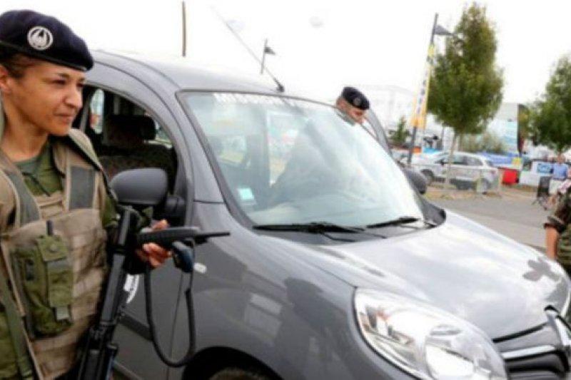 法國為防止恐怖攻擊而部署了近7000名士兵。(BBC中文網)