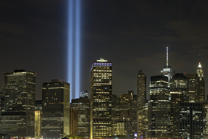雷射藍光象徵遭到飛機撞擊倒塌的紐約市的世貿雙子星大樓。(美聯社)