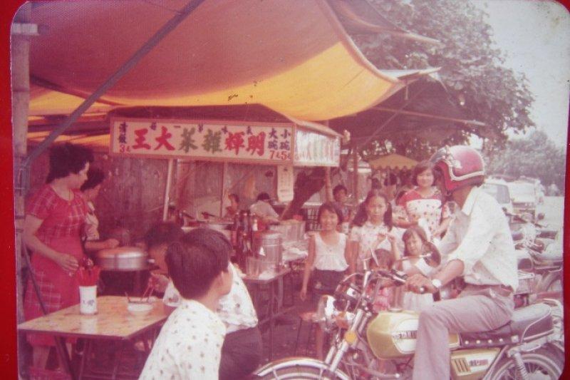 圖為早年「明輝雜菜攤」一景,其將近四十年歷史,可說是高雄碼頭工人飲食文化的一部分。(何明義提供,廖沛怡翻攝)