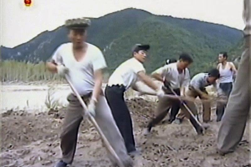 北韓官媒12日播出工人忙著搭建防波提的畫面。(美聯社)