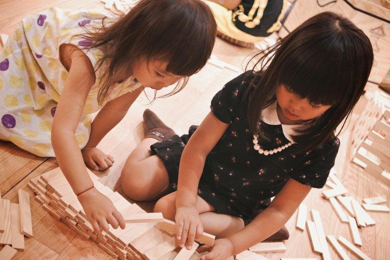放心讓孩子們融入自己的生活圈,等他們累了自己會尋找「充電」的方式。(圖/MIKI Yoshihito@flickr)
