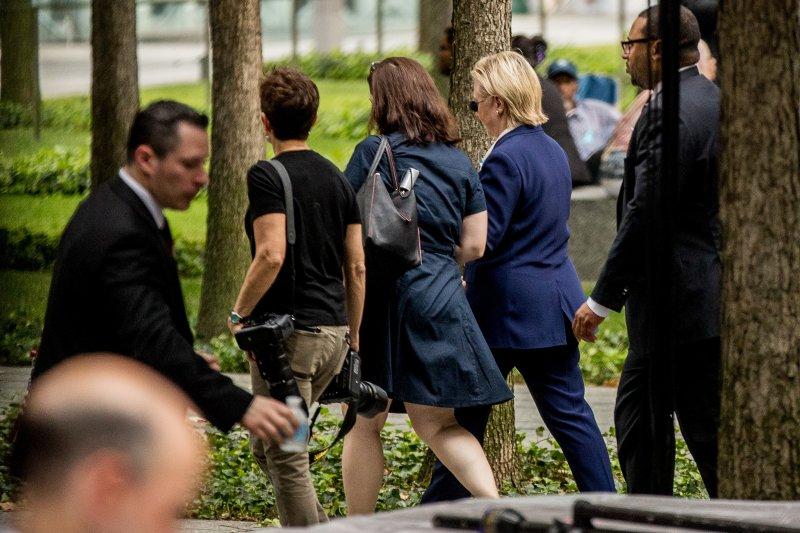 美國民主黨總統候選人希拉蕊在911紀念活動上,突然感到身體不適而離席。(美聯社)