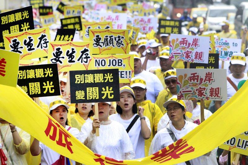 「要陸客、來台灣」 觀光業萬人912大遊行。(美聯社)