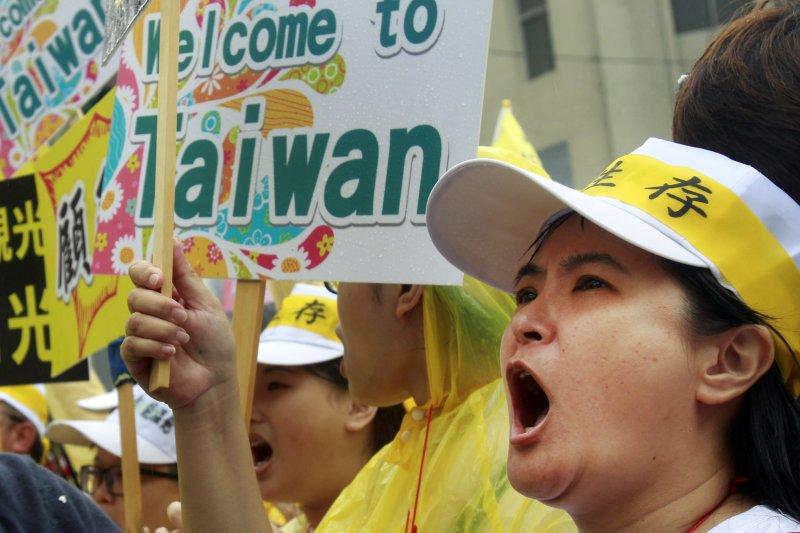 「要陸客、來台灣」 觀光業萬人大遊行。(AP)