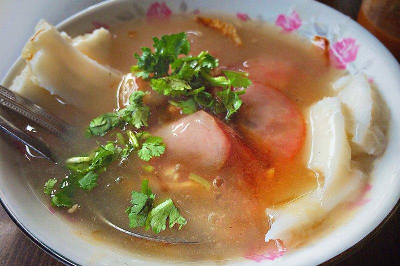 東港肉粿,料理時將肉粿切成條狀,加入香腸、蝦猴、精肉等配料,湯肉粿則淋以虱目魚骨和米漿熬製的高湯,食來真是「續嘴」(圖/作者提供)