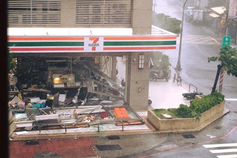 莫蘭蒂颱風橫掃高雄,三民區一間便利商店遭強風吹破帷幕玻璃,整間店遭強風肆虐。(取自爆料公社)