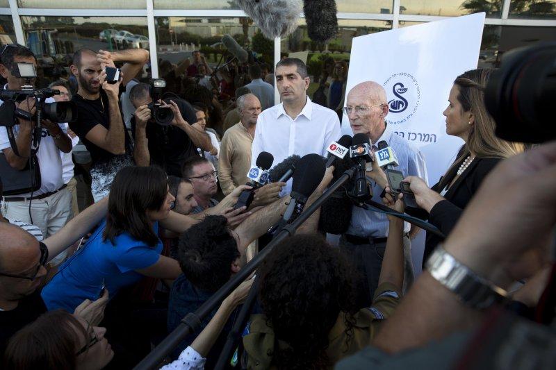 以色列前總統裴瑞斯(Shimon Peres)的女婿兼私人醫生說明病情。(美聯社)