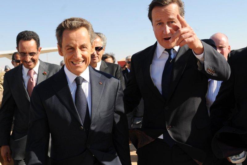 前法國總統薩科齊(左)與前英國首相卡麥隆(右)。(美聯社)