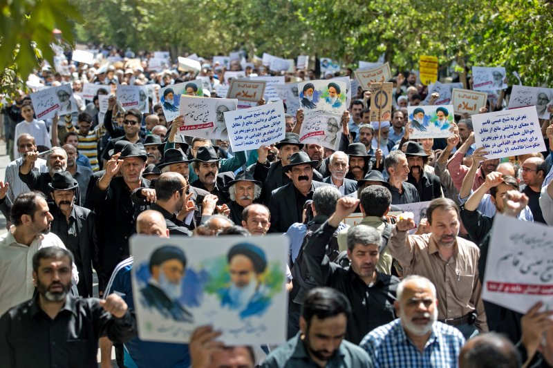 伊朗民眾抗議沙烏地監督不周,造成朝覲踩踏悲劇。(美聯社)
