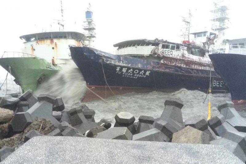 莫蘭蒂颱風強勁風力,高雄港4艘漁船漂流擱淺,還造成漏油。(高市府海洋局提供)