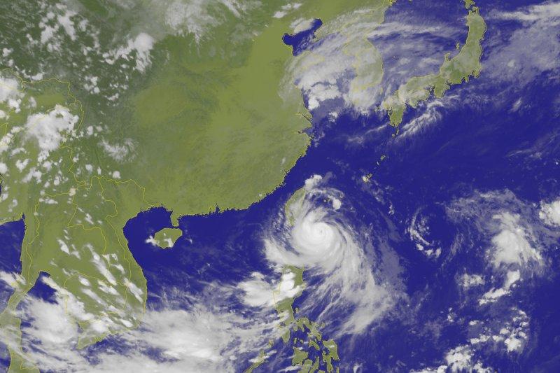 颱風馬勒卡目前所在位置在恆春東方海面,朝北北西轉北方向前進。(取自中央氣象局)