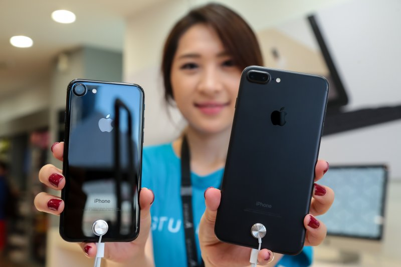 20160916-蘋果專賣店STUDIO A 16日開賣iPhone 7,並於現場展示曜石黑(左)及全新霧黑(右)機款。(顏麟宇攝)
