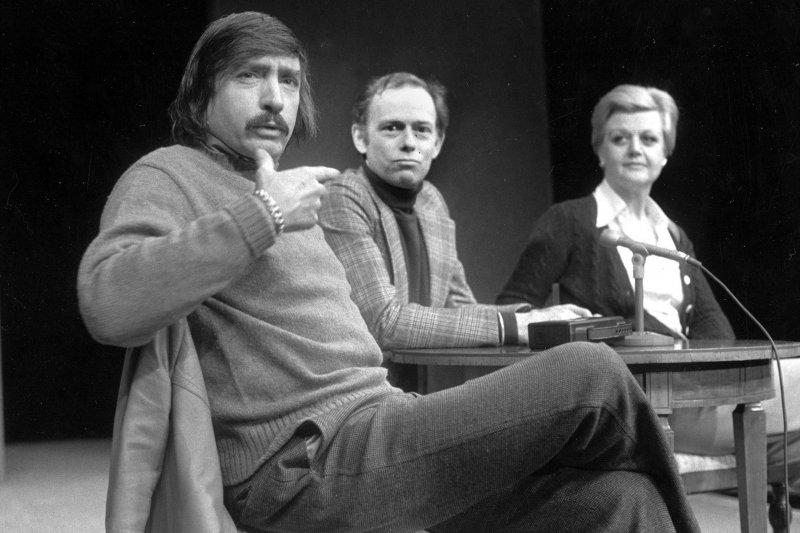 美國當代戲劇大師阿爾比(Edward Albee,左),攝於1977年1月(AP)