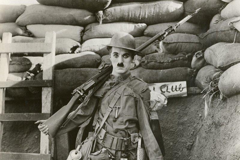 喜劇泰斗卓別林(Charles Chaplin)在電影《從軍記》(Shoulder Arms)裡的造型(取自Wikipedia/PD-US)