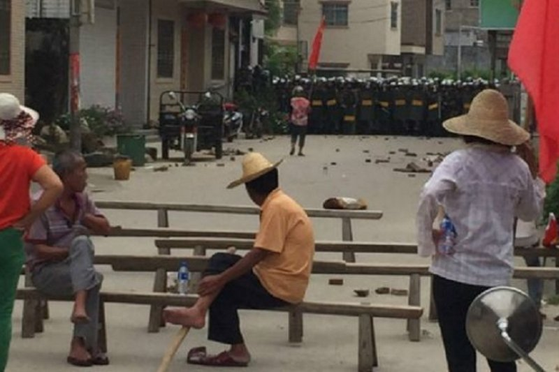 武警進入烏坎帶走抗議村民。(網路圖片)