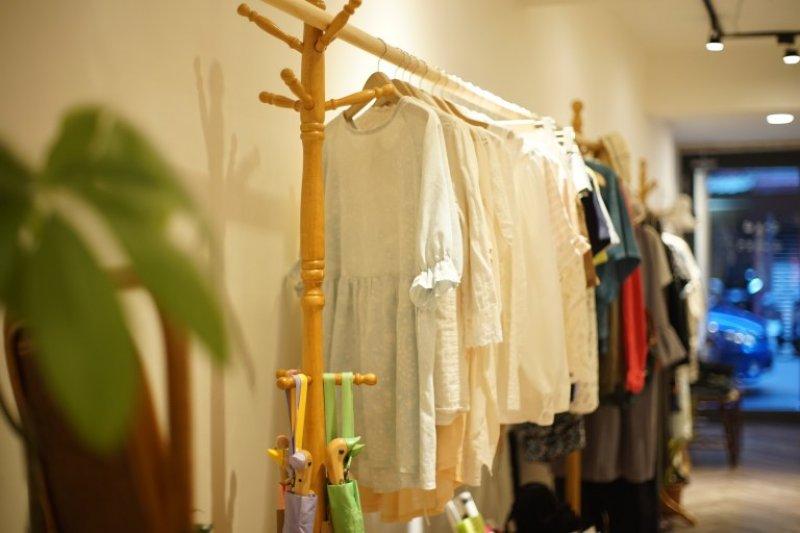 不希望衣服淪為快速消費趨勢下的廉價產物,左一開店給它們新生命。(圖/作者提供)