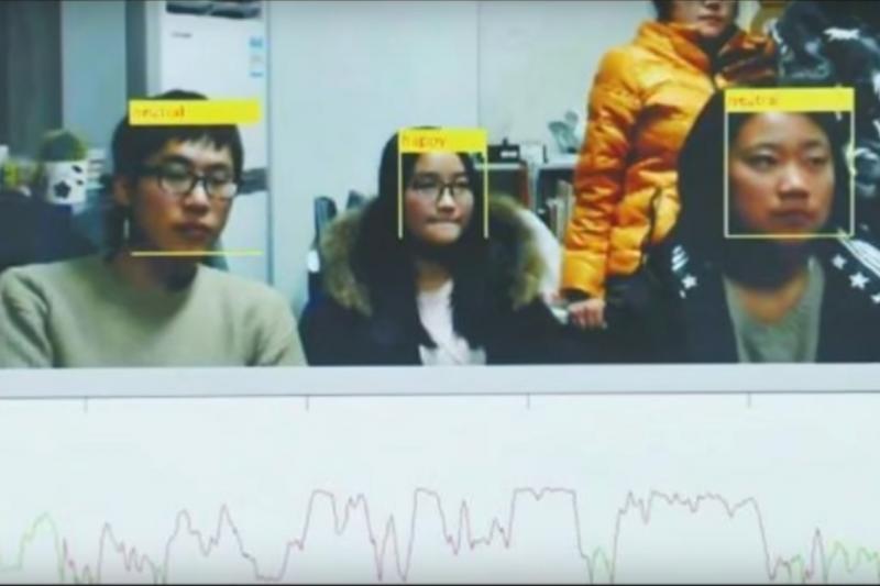 四川大學的教授魏驍勇製作了一套人臉辨識的點名系統,學生的上課狀況都逃不過他的法眼!(圖/Breaking News 2016@youtube)