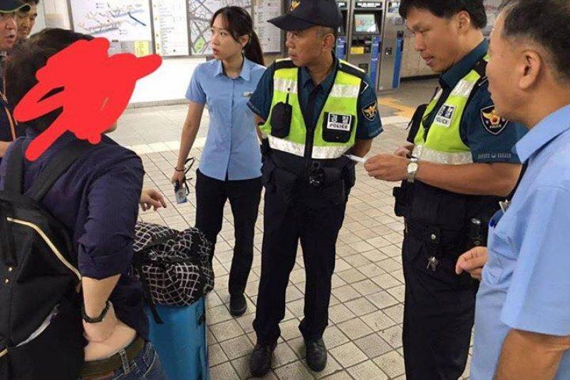 1名泰國旅客在南韓首爾遭不明老婦用針頭刺傷。(翻攝臉書)