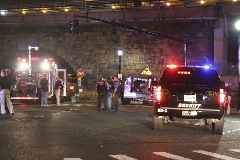 美國警方在紐澤西火車站發現爆裂物,隨即封鎖現場。(美聯社)