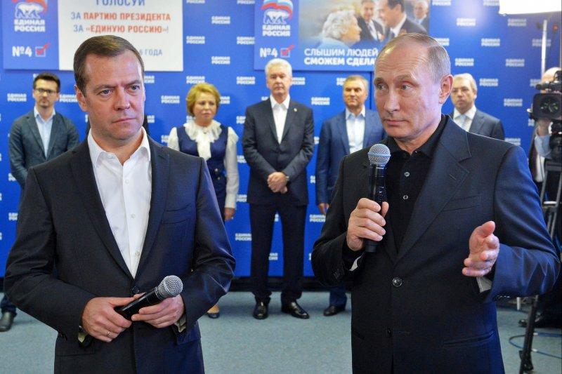 俄羅斯總統普京(Vladimir Putin,右)與總理梅德韋傑夫(Dmitry Medvedev)(AP)