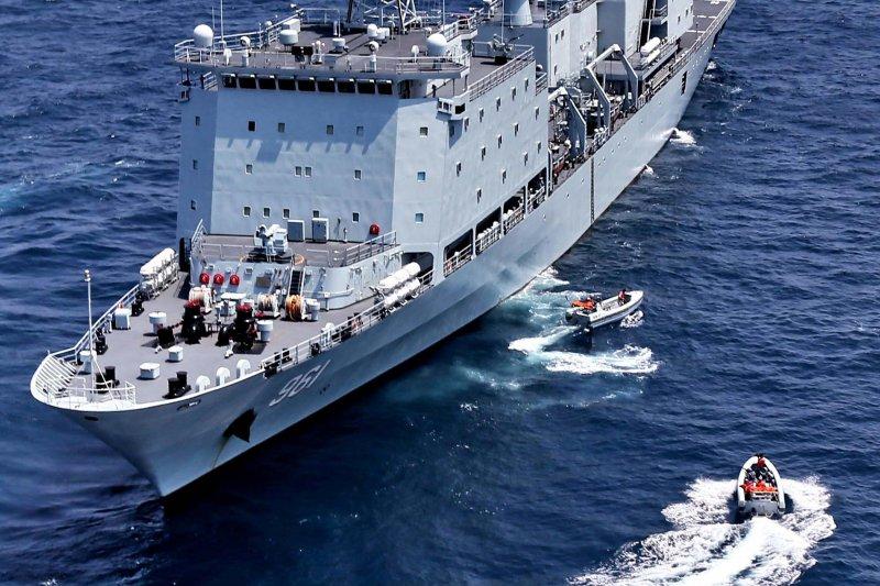 中俄南海軍演,中國海軍的軍山湖號綜合補給艦。(美聯社)