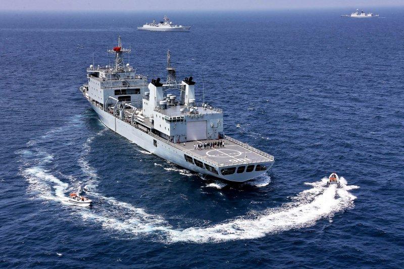 中俄南海軍演,中國海軍的軍山湖號綜合補給艦(中)與廣州號飛彈驅逐艦(上左)。(美聯社)