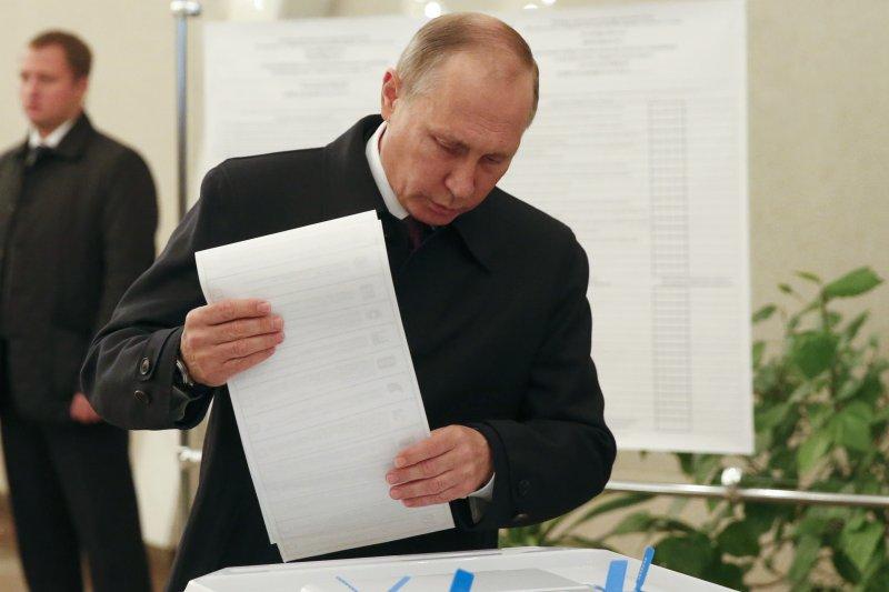 俄國總統普京18日在莫斯科投票。(美聯社)