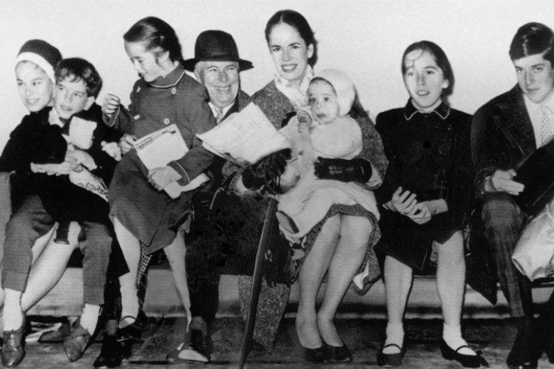 卓別林與烏娜以及他們的6個孩子(取自Wikipedia/Public Domain)