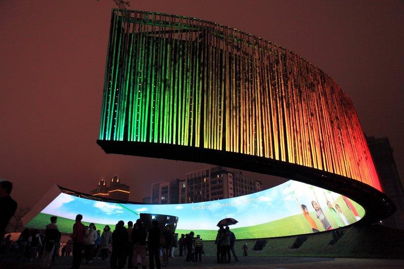 2013 年燈會亮點-「台達永續之環」,其設計理念也將於九月下旬華山文創園區「綠築跡-台達綠建築展」公益展出。(圖/台達提供)
