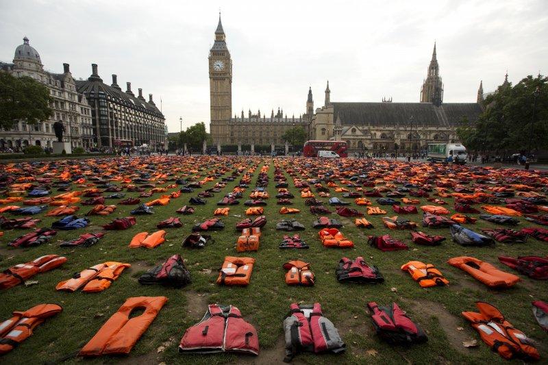 人權團體在倫敦國會廣場擺上2500件救生衣,敦促各國正視難民問題。(美聯社)