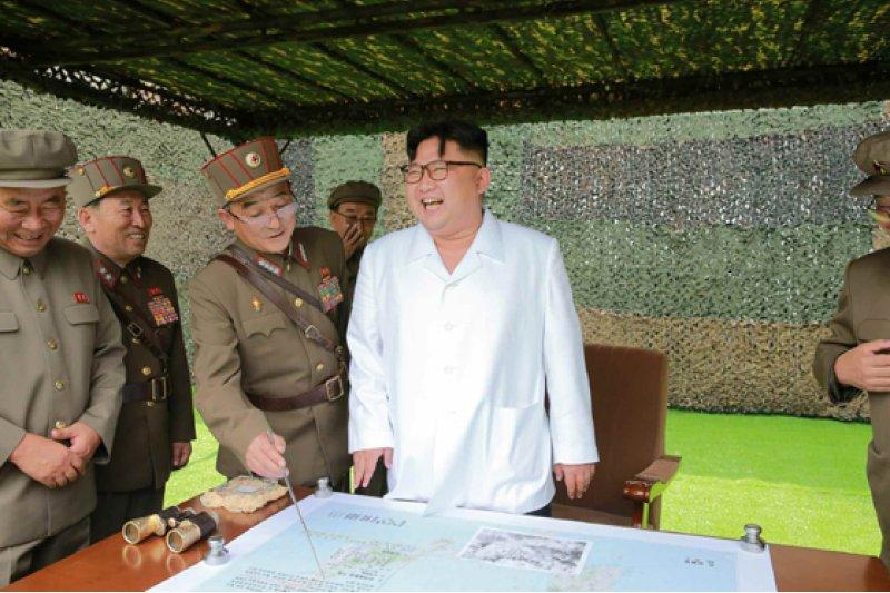 北韓最高領導人金正恩日前指導朝鮮人民軍戰略軍火星炮兵部隊彈道火箭發射訓練(取自網路)
