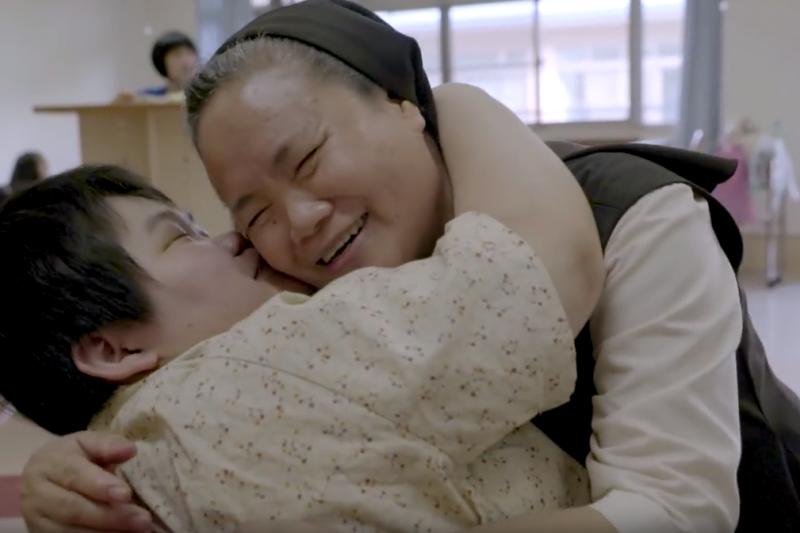 中文不好沒有關係,「愛」這個語言,滿修女說得比誰都好。(圖/擷取自Home Run Taiwan@youtube)