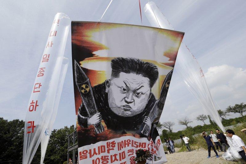 逃離北韓的「脫北者」在南北韓邊界附近施放宣傳氣球,表示不斷進行核試的金正恩應該受到懲罰。(美聯社)