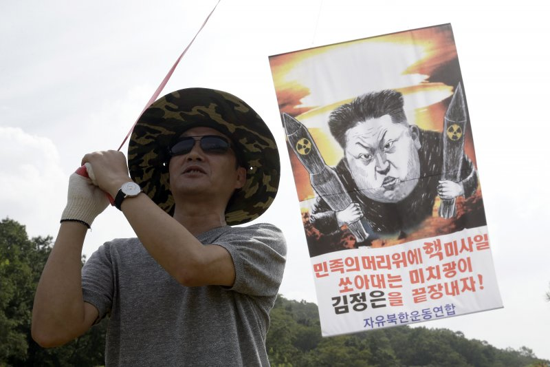 逃離北韓的「脫北者」15日在南北韓邊界附近施放宣傳氣球,表示不斷進行核試的金正恩應該受到懲罰。(美聯社)