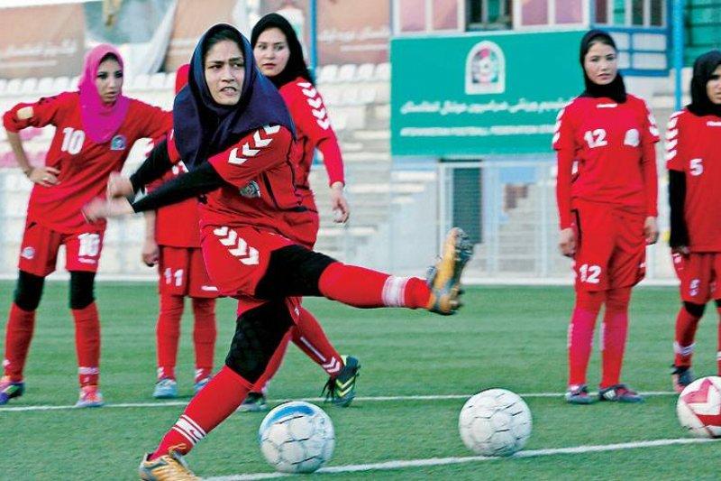 阿富汗國內屈指可數的女子足球隊。(美聯社)