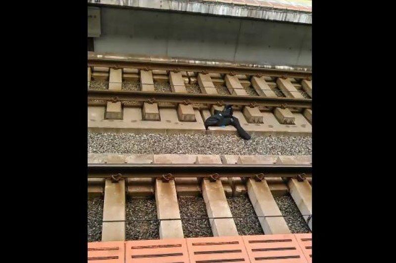 列車長的制服被丟在鐵路上。(翻攝推特)