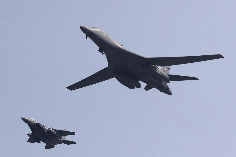 美軍B-1B「槍騎兵式」(B-1B Lancer)超音速重型戰略轟炸機飛抵南韓(AP)